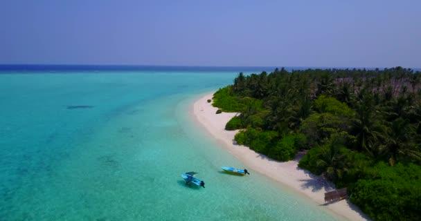 v03219 létající dron pohled na Maledivy bílá písečná pláž na ostrově sunny tropický ráj s aqua modrá obloha mořské vody oceánu 4k lodní plavby