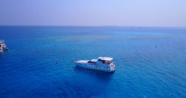 v03351 létající dron pohled na Maledivy bílá písečná pláž na ostrově sunny tropický ráj s aqua modrá obloha mořské vody oceánu 4k lodní plavby