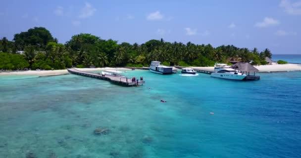 v03313 létající dron pohled na Maledivy bílá písečná pláž na ostrově sunny tropický ráj s aqua modrá obloha mořské vody oceánu 4k lodní plavby