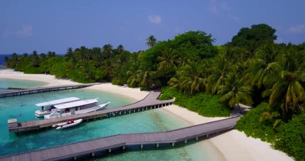 v03481 fliegenden Drohne Luftaufnahme der Malediven weißen Sandstrand am sonnigen tropischen Inselparadies mit Aqua blau Himmel Meer Wasser Ozean 4k Boot segeln