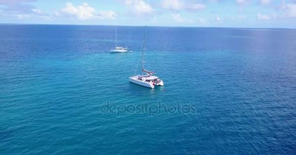 v03311 létající dron pohled na Maledivy bílá písečná pláž na ostrově sunny tropický ráj s aqua modrá obloha mořské vody oceánu 4k lodní plavby