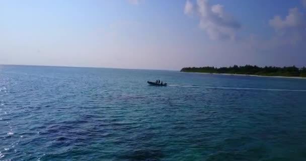 v03524 létající dron pohled na Maledivy bílá písečná pláž na ostrově sunny tropický ráj s aqua modrá obloha mořské vody oceánu 4k lodní plavby