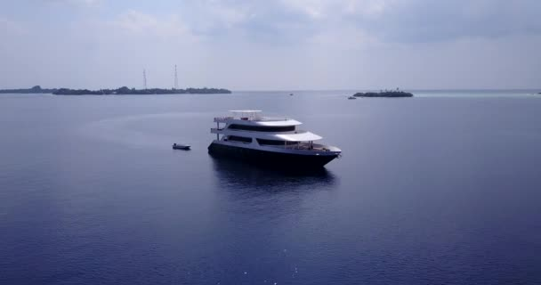 v03175 létající dron pohled na Maledivy bílá písečná pláž na ostrově sunny tropický ráj s aqua modrá obloha mořské vody oceánu 4k lodní plavby