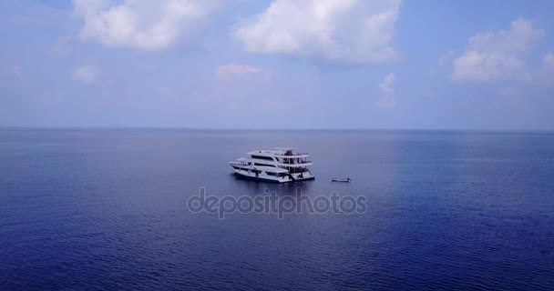 v03309 létající dron pohled na Maledivy bílá písečná pláž na ostrově sunny tropický ráj s aqua modrá obloha mořské vody oceánu 4k lodní plavby