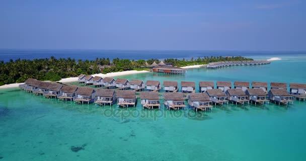 v03744 letecké létající dron pohled na Maledivy bílá písečná pláž na ostrově sunny tropický ráj s aqua blue sky moře vody oceánu 4k luxusní 5 hvězdičkový resort hotel vodní Bungalov hut relaxační dovolenou