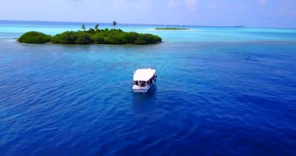 v03350 létající dron pohled na Maledivy bílá písečná pláž na ostrově sunny tropický ráj s aqua modrá obloha mořské vody oceánu 4k lodní plavby