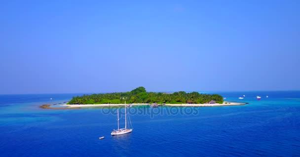 vista aerea della spiaggia di sabbia bianco Maldive isola paradiso tropicale soleggiato con cielo blu aqua mare acqua oceano 4K barca a vela a v03333 per drone volante