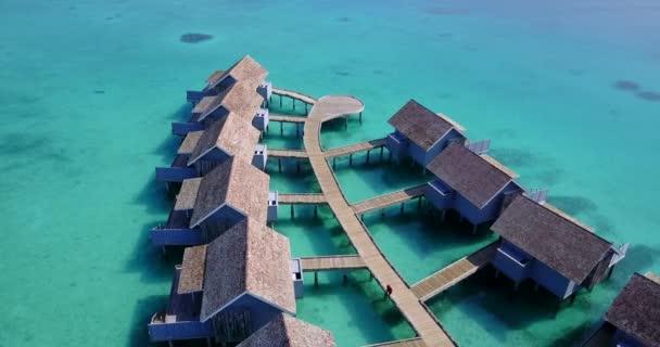 v03763 letecké létající dron pohled na Maledivy bílá písečná pláž na ostrově sunny tropický ráj s aqua blue sky moře vody oceánu 4k luxusní 5 hvězdičkový resort hotel vodní Bungalov hut relaxační dovolenou