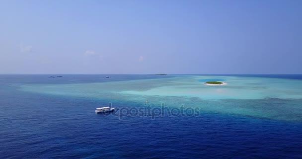 v03326 létající dron pohled na Maledivy bílá písečná pláž na ostrově sunny tropický ráj s aqua modrá obloha mořské vody oceánu 4k lodní plavby