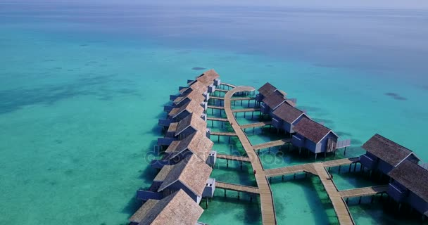 v03755 letecké létající dron pohled na Maledivy bílá písečná pláž na ostrově sunny tropický ráj s aqua blue sky moře vody oceánu 4k luxusní 5 hvězdičkový resort hotel vodní Bungalov hut relaxační dovolenou