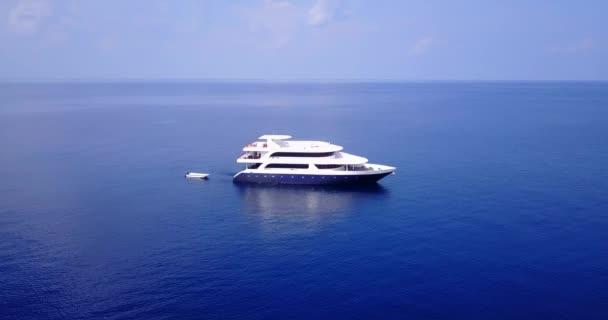 v03287 létající dron pohled na Maledivy bílá písečná pláž na ostrově sunny tropický ráj s aqua modrá obloha mořské vody oceánu 4k lodní plavby