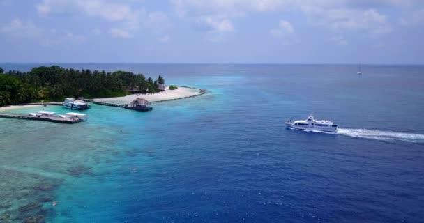 v03347 létající dron pohled na Maledivy bílá písečná pláž na ostrově sunny tropický ráj s aqua modrá obloha mořské vody oceánu 4k lodní plavby