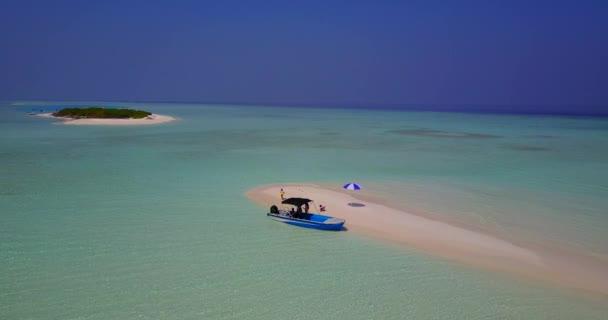 vista aerea della spiaggia di sabbia bianco Maldive isola paradiso tropicale soleggiato con cielo blu aqua mare acqua oceano 4K barca a vela a v03396 per drone volante