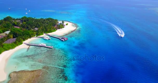 v03382 fliegenden Drohne Luftaufnahme der Malediven weißen Sandstrand am sonnigen tropischen Inselparadies mit Aqua blau Himmel Meer Wasser Ozean 4k Boot segeln