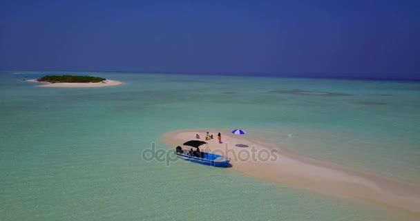 v03352 fliegenden Drohne Luftaufnahme der Malediven weißen Sandstrand am sonnigen tropischen Inselparadies mit Aqua blau Himmel Meer Wasser Ozean 4k Boot segeln