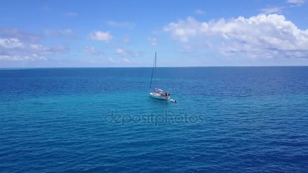 v03332 fliegenden Drohne Luftaufnahme der Malediven weißen Sandstrand am sonnigen tropischen Inselparadies mit Aqua blau Himmel Meer Wasser Ozean 4k Boot segeln