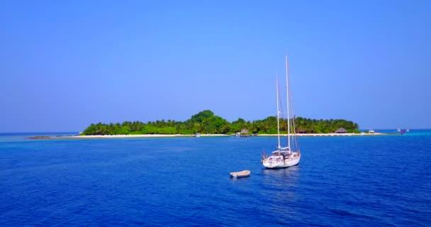 v03528 létající dron pohled na Maledivy bílá písečná pláž na ostrově sunny tropický ráj s aqua modrá obloha mořské vody oceánu 4k lodní plavby