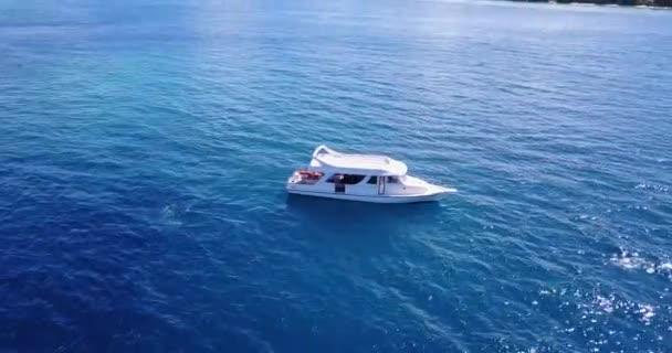 v03496 létající dron pohled na Maledivy bílá písečná pláž na ostrově sunny tropický ráj s aqua modrá obloha mořské vody oceánu 4k lodní plavby