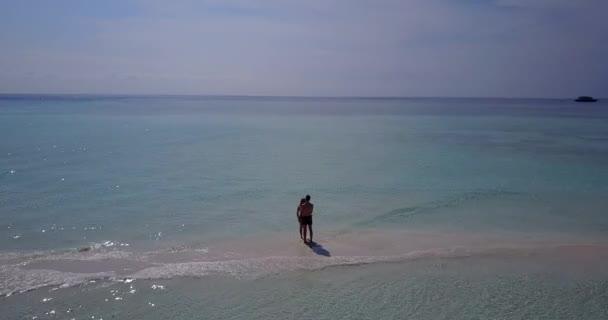 v03991 létající dron pohled Maledivy pláž s bílým pískem 2 lidé mladý pár muž žena romantické lásky na slunečné tropické paradise island s aqua blue sky moře vody oceánu 4k