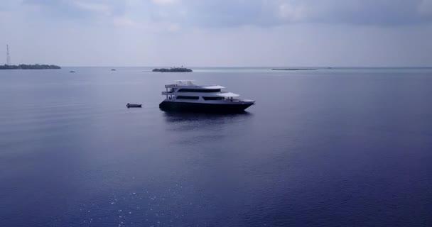 v03277 létající dron pohled na Maledivy bílá písečná pláž na ostrově sunny tropický ráj s aqua modrá obloha mořské vody oceánu 4k lodní plavby