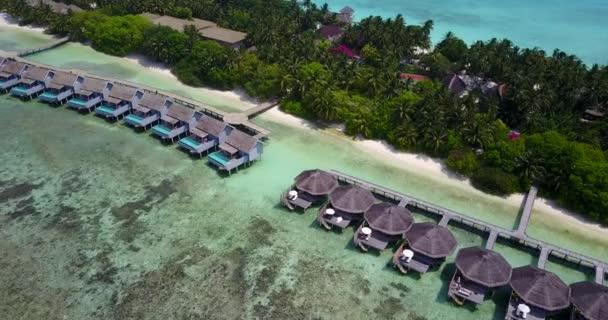 v03717 letecké létající dron pohled na Maledivy bílá písečná pláž na ostrově sunny tropický ráj s aqua blue sky moře vody oceánu 4k luxusní 5 hvězdičkový resort hotel vodní Bungalov hut relaxační dovolenou