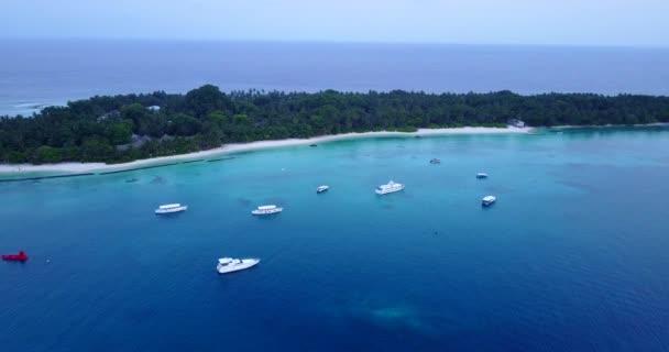 v04228 letecké létající dron pohled na Maledivy bílá písečná pláž na ostrově sunny tropický ráj s aqua blue sky moře vody oceánu 4k