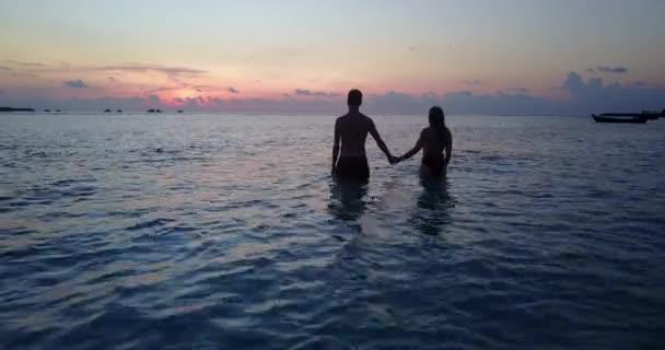 v04163 volante drone vista aerea di Maldive spiaggia di sabbia bianca 2 persone giovane coppia uomo donna amore romantico tramonto sullisola di paradiso tropicale soleggiato con cielo blu aqua mare acqua oceano 4K