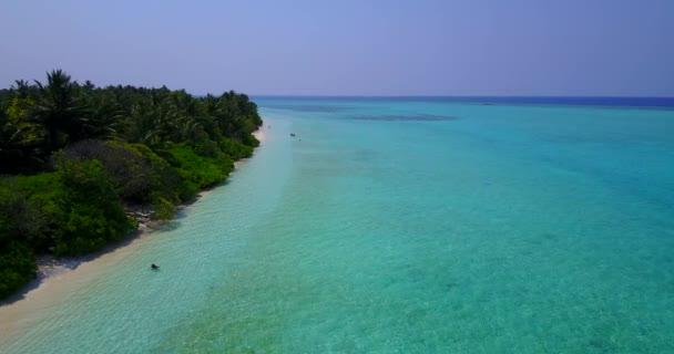 v04885 letecké létající dron pohled na Maledivy bílá písečná pláž na ostrově sunny tropický ráj s aqua blue sky moře vody oceánu 4k