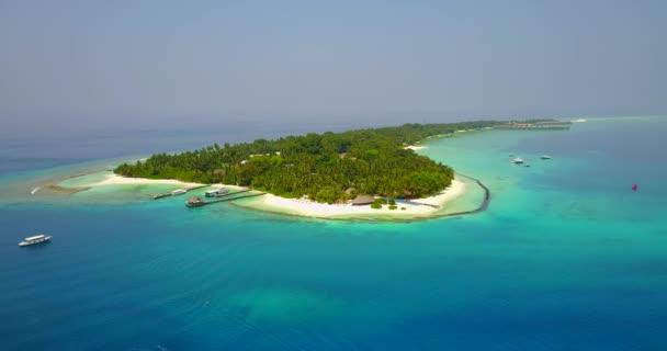 v04904 letecké létající dron pohled na Maledivy bílá písečná pláž na ostrově sunny tropický ráj s aqua blue sky moře vody oceánu 4k