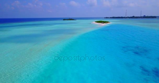 v04673 letecké létající dron pohled na Maledivy bílá písečná pláž na ostrově sunny tropický ráj s aqua blue sky moře vody oceánu 4k
