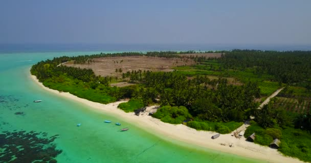 v04918 letecké létající dron pohled na Maledivy bílá písečná pláž na ostrově sunny tropický ráj s aqua blue sky moře vody oceánu 4k