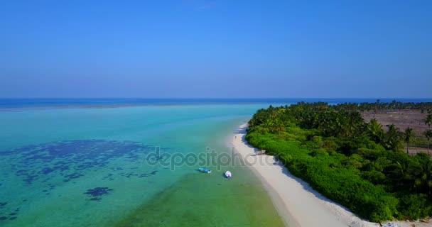 v04751 letecké létající dron pohled na Maledivy bílá písečná pláž na ostrově sunny tropický ráj s aqua blue sky moře vody oceánu 4k