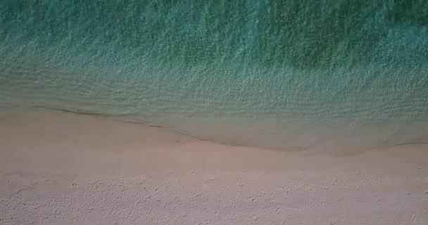 v04330 letecké létající dron pohled na Maledivy bílá písečná pláž na ostrově sunny tropický ráj s aqua blue sky moře vody oceánu 4k
