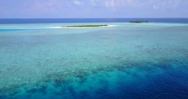 v04277 letecké létající dron pohled na Maledivy bílá písečná pláž na ostrově sunny tropický ráj s aqua blue sky moře vody oceánu 4k