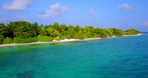 v04687 letecké létající dron pohled na Maledivy bílá písečná pláž na ostrově sunny tropický ráj s aqua blue sky moře vody oceánu 4k