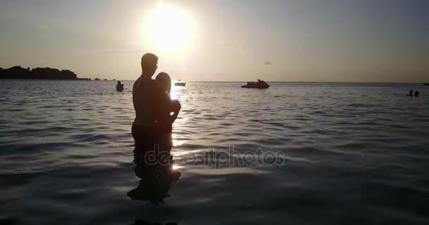 v04124 volante drone vista aerea di Maldive spiaggia di sabbia bianca 2 persone giovane coppia uomo donna amore romantico tramonto sullisola di paradiso tropicale soleggiato con cielo blu aqua mare acqua oceano 4K