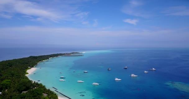 v04553 letecké létající dron pohled na Maledivy bílá písečná pláž na ostrově sunny tropický ráj s aqua blue sky moře vody oceánu 4k