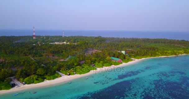 v04331 letecké létající dron pohled na Maledivy bílá písečná pláž na ostrově sunny tropický ráj s aqua blue sky moře vody oceánu 4k
