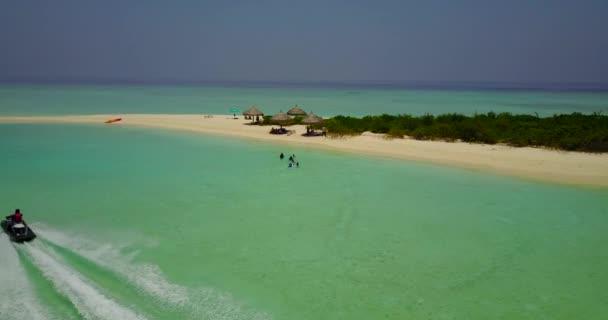 v04674 letecké létající dron pohled na Maledivy bílá písečná pláž na ostrově sunny tropický ráj s aqua blue sky moře vody oceánu 4k