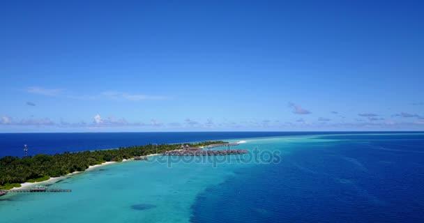 v04447 letecké létající dron pohled na Maledivy bílá písečná pláž na ostrově sunny tropický ráj s aqua blue sky moře vody oceánu 4k