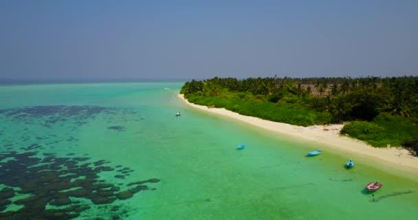 v04685 letecké létající dron pohled na Maledivy bílá písečná pláž na ostrově sunny tropický ráj s aqua blue sky moře vody oceánu 4k