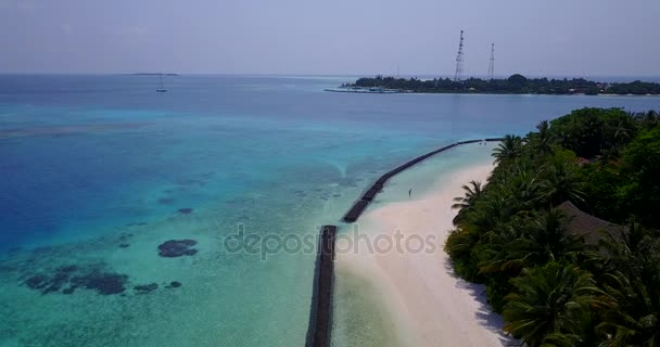 v04375 letecké létající dron pohled na Maledivy bílá písečná pláž na ostrově sunny tropický ráj s aqua blue sky moře vody oceánu 4k
