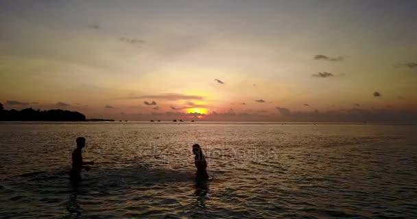 v04134 létající dron pohled Maledivy bílá písečná pláž 2 lidí mladý pár muž žena romantická láska západ slunce východ slunce na ostrově sunny tropický ráj s aqua blue sky moře vody oceánu 4k
