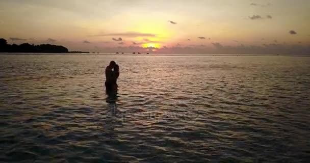 v04136 létající dron pohled Maledivy bílá písečná pláž 2 lidí mladý pár muž žena romantická láska západ slunce východ slunce na ostrově sunny tropický ráj s aqua blue sky moře vody oceánu 4k