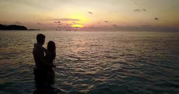 v04137 létající dron pohled Maledivy bílá písečná pláž 2 lidí mladý pár muž žena romantická láska západ slunce východ slunce na ostrově sunny tropický ráj s aqua blue sky moře vody oceánu 4k