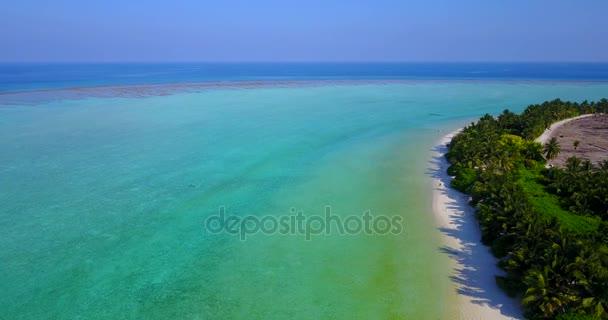 v04819 letecké létající dron pohled na Maledivy bílá písečná pláž na ostrově sunny tropický ráj s aqua blue sky moře vody oceánu 4k