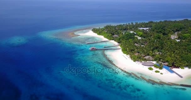 v04476 letecké létající dron pohled na Maledivy bílá písečná pláž na ostrově sunny tropický ráj s aqua blue sky moře vody oceánu 4k