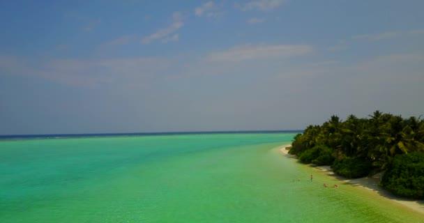 v05098 letecké létající dron pohled na Maledivy bílá písečná pláž na ostrově sunny tropický ráj s aqua blue sky moře vody oceánu 4k