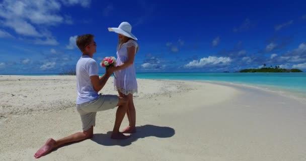 v07385 Maldív-szigetek fehér homokos strand 2 fő fiatal pár férfi nő javaslat elkötelezettség esküvő házasság a napsütéses trópusi paradicsom-sziget aqua blue sky-tenger víz óceán 4k