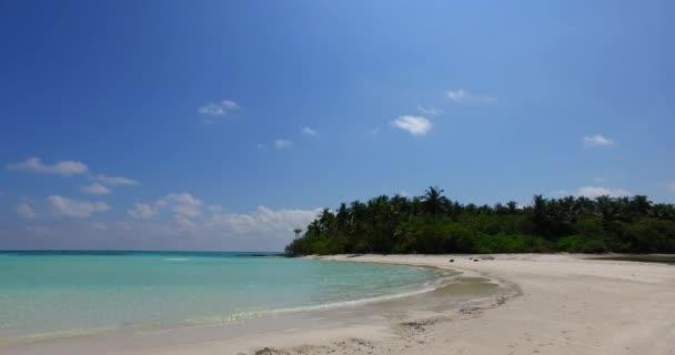 v07986 Maledivy pozadí krásné bílé písčité pláže s palmami na slunečné tropické paradise island s aqua blue sky moře vody oceánu 4k